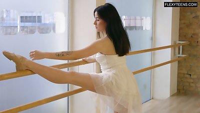 Slender ballerina Saule Elastiga does the splits and shows off yummy pussy